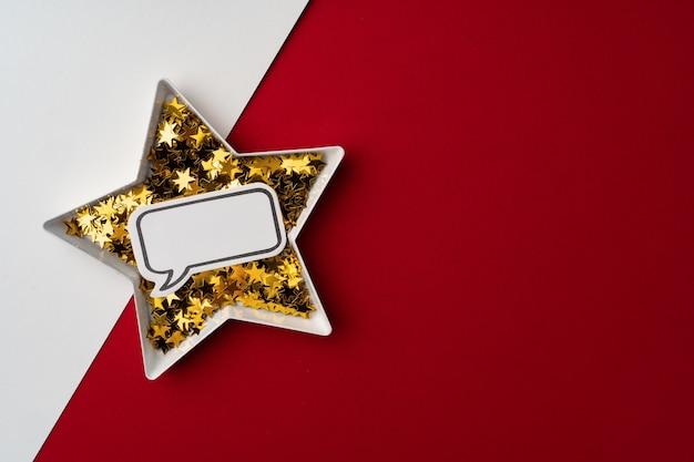 Talerz w kształcie gwiazdy ze złotym konfetti miejsca na kopię widok z góry