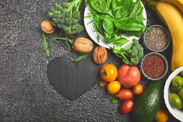 Talerz w kształcie serca ze zdrową żywnością
