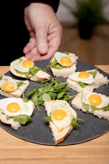 Talerz wysoki kąt z jajkami sadzonymi
