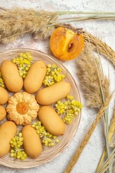 Talerz z ciastkami i emmersami oraz pół palmy na marmurze