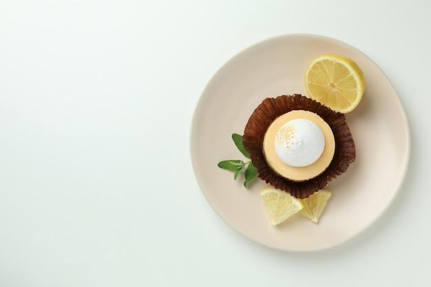 Talerz z ciastkiem cytrynowym na białym tle