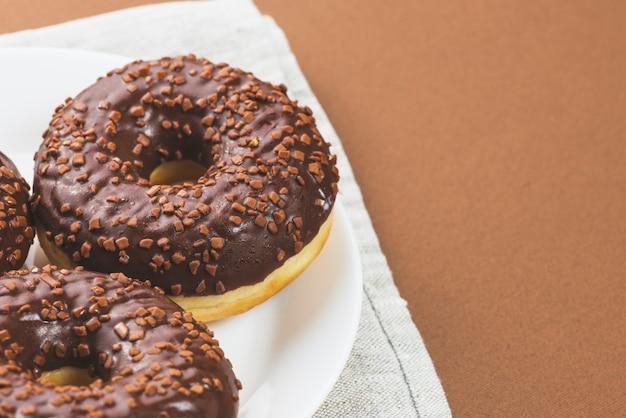 Talerz z ciemnymi czekoladowymi lodowacenie donuts