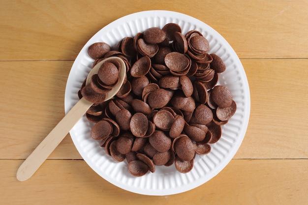 Talerz z czekoladowymi płatkami kukurydzianymi