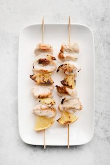 Talerz z grillowanymi szaszłykami z kurczaka