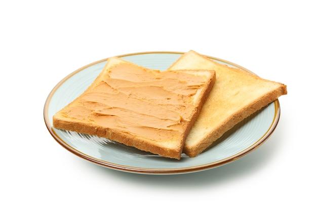 Talerz z grzankami z masłem orzechowym na białym tle