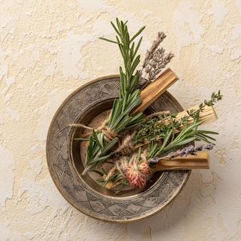 Talerz z kadzidłem roślin z liśćmi