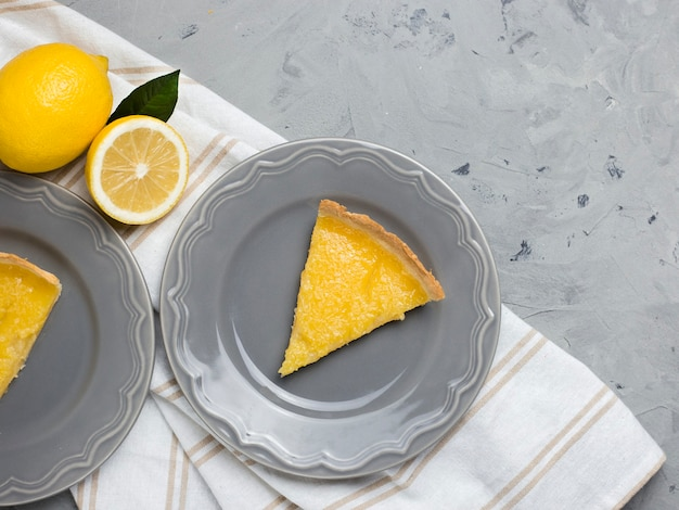 Talerz z kawałkiem smacznego ciasta cytrynowego, kopia przestrzeń.