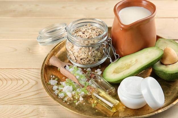 Talerz z naturalnymi składnikami do domowych kosmetyków na drewnianym