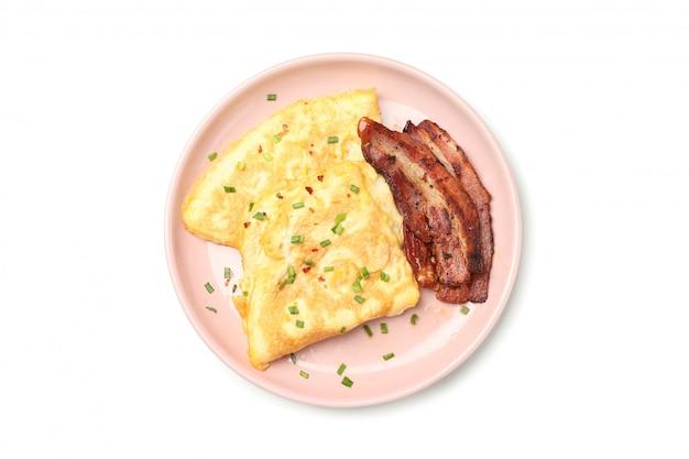 Talerz z omletem i bekonem odizolowywającymi