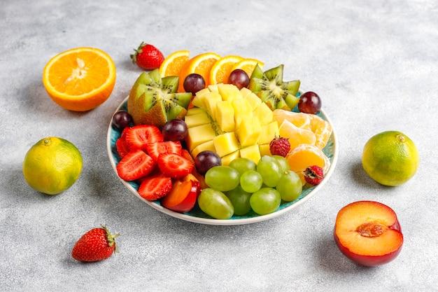 Talerz z owocami i jagodami, kuchnia wegańska.