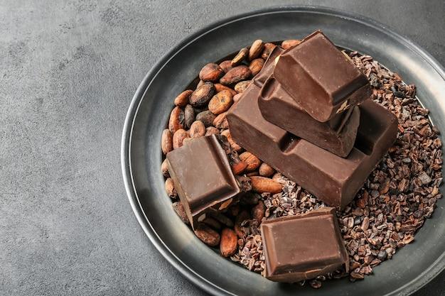 Talerz z produktami czekoladowo-kakaowymi na stole