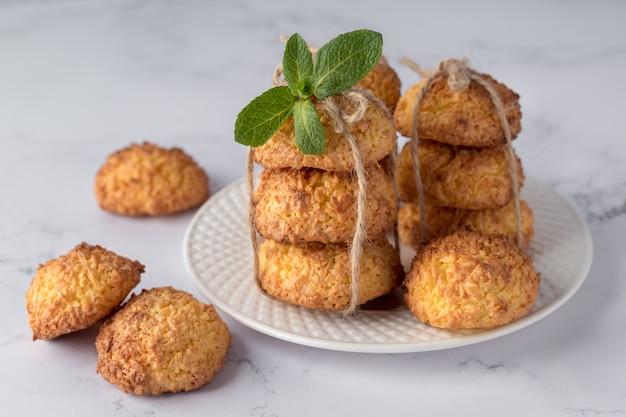 Talerz z smakowitymi kokosowymi ciastkami na marmurowym stole