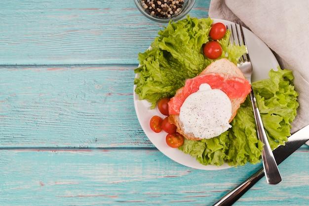 Talerz z świeżą kanapką na stole