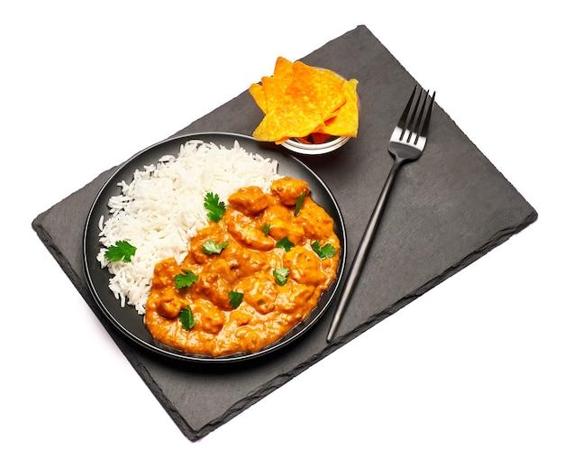 Talerz z tradycyjnym curry z kurczaka bez kamienia obsługujących deskę izolowane