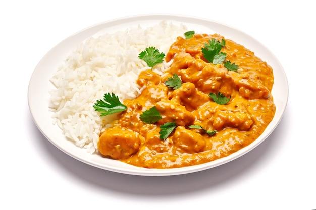 Talerz z tradycyjnym curry z kurczaka i ryżu na białym tle