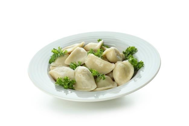 Talerz z vareniki lub pierogi na białym tle
