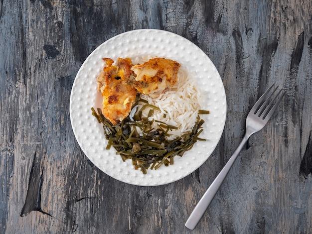 Talerz ze śniadaniem z rybą ryżową i wodorostami