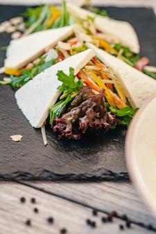Talerz zielonej sałatki z warzywami i serem