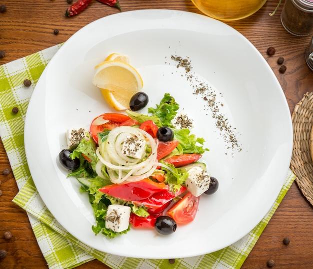 Talerz zielonej sałatki z warzywami, widok z góry,