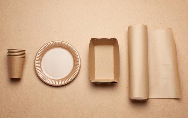 Talerze i kubki papierowe z brązowego papieru rzemieślniczego