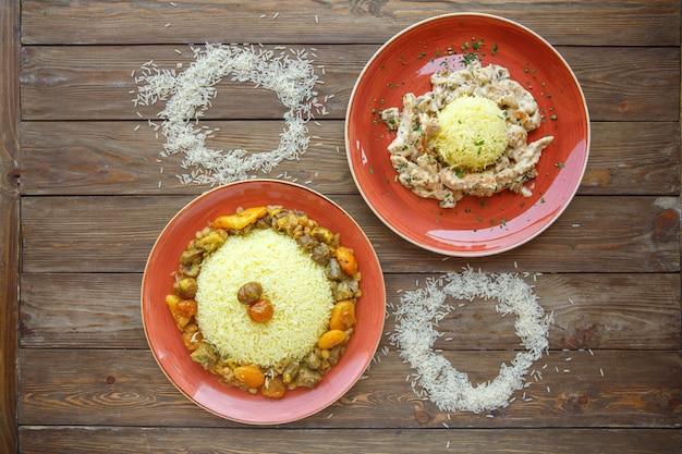 Talerze ryżowe z mięsem i suszonymi owocami oraz kremowym kurczakiem i grzybami