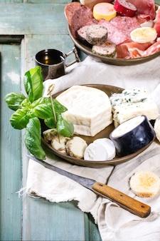 Talerze sera i kiełbasy