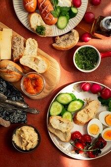 Talerze śniadaniowe w stylu śródziemnomorskim
