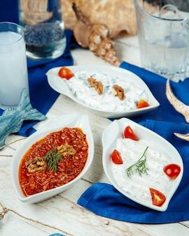 Talerze tureckie - półmiski jogurtów i dodatki z czerwonej papryki