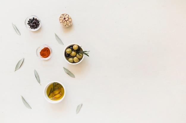 Talerze z oliwkami przyprawy i olej