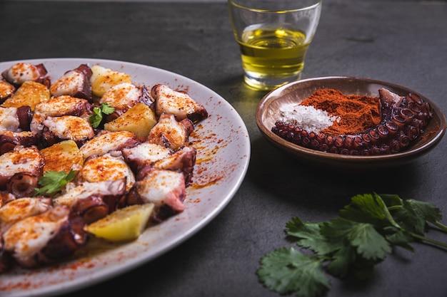 Talerze z sezonowanymi mackami ośmiornicy na obiad