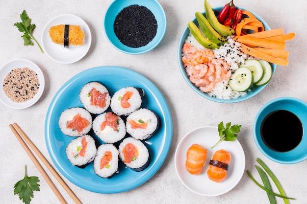 Talerze z sushi zróżnicowanym