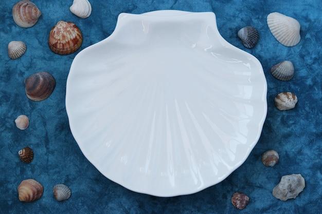 Talerzowa biała skorupa w morskim stylu na niebiesko