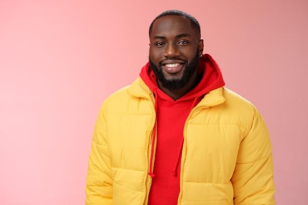 Talia szczęśliwy charyzmatyczny przystojny brodaty facet w żółtej marynarce czerwona bluza z kapturem uśmiechnięty radośnie biały...