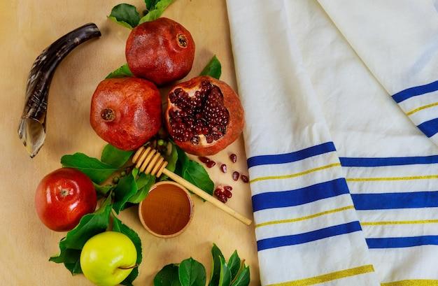 Talit modlitewny z szofarem i tradycyjnym jedzeniem na rosz ha-szana. żydowski nowy rok.