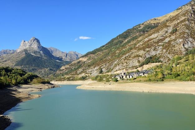 Tama bubal i wioska hoz de jaca, prowincja huesca, aragonia, hiszpania