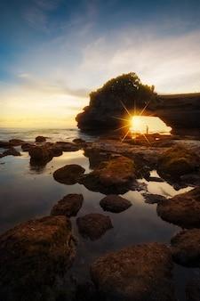 Tanah lot świątynia przy zmierzchem w bali, indonezja.