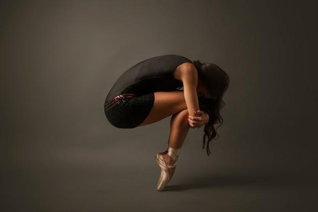 Tancerka baletowa ubrana w czarny dżersej
