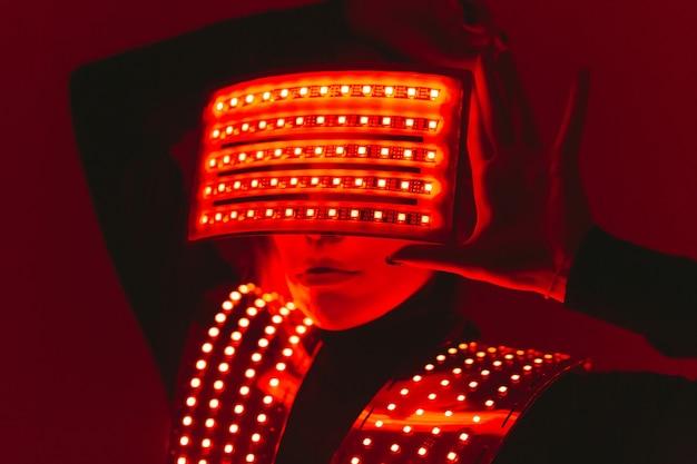 Tancerka disco porusza się w kostiumie uv