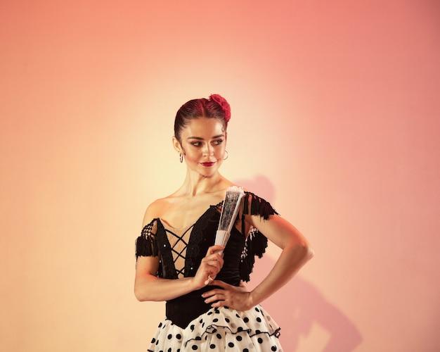 Tancerka flamenco hiszpania cyganka z czerwoną różą i hiszpańskim wachlarzem dłoni