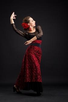 Tancerka flamenco w czarno-czerwonej sukience
