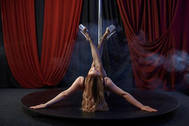 Tancerka w bieliźnie, taniec na rurze, striptiz tancerka. atrakcyjna striptizerka, taniec erotyczny, występy poledance, gorąca dziewczyna tańcząca w klubie ze striptizem