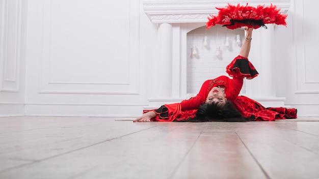 Tancerka w czerwonej sukience wykonująca ludowy taniec cygański .zdjęcie z miejscem na tekst