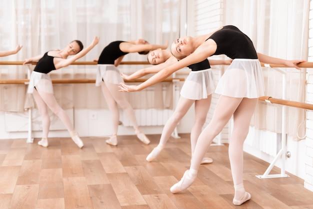 Tancerki baletowe ćwiczą w klasie baletowej.