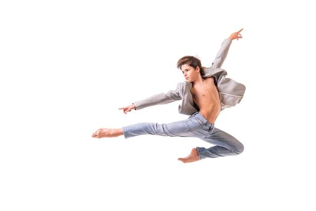 Tancerz baletu nastoletniego chłopca skoki boso, izolowanie na białej przestrzeni.