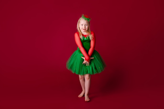 Tancerz dziecięcy zadowolony ze stroju koncertowego. odzież do tańca towarzyskiego.