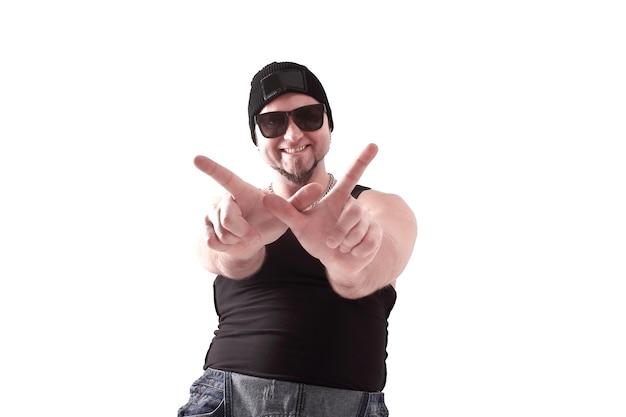 Tancerz hip-hop mężczyzna pozowanie studio na białym tle