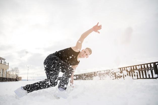 Tancerz hip-hopu na zewnątrz ze śniegiem