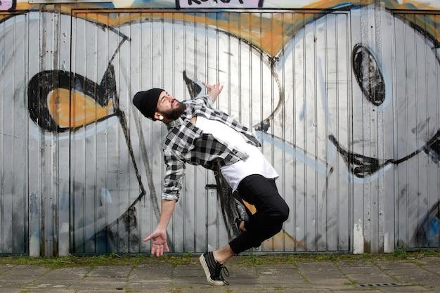 Tancerz pozowanie z rozprzestrzenianiem broni