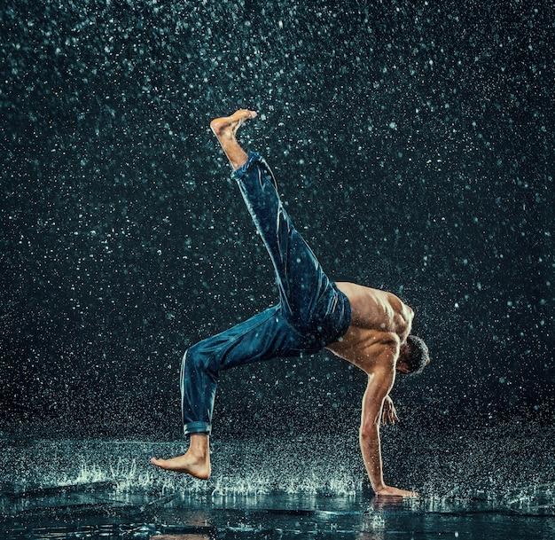 Tancerz przerwy mężczyzna w wodzie.