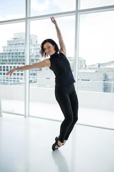 Tancerz uprawiający taniec